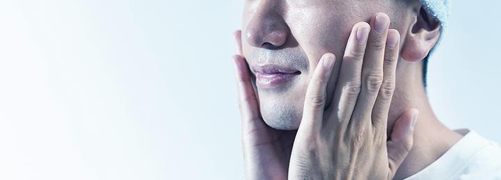 化粧水でお肌を労る男性