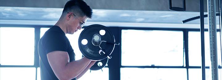 筋力トレーニングを行う男性